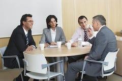 Gens d'affaires discutant dans la salle de conférence photographie stock