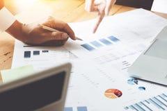 Gens d'affaires discutant les diagrammes et les graphiques montrant la recherche Photographie stock libre de droits