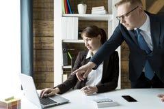 Gens d'affaires discutant les diagrammes et les graphiques montrant la recherche Images stock