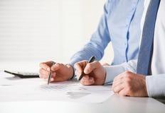 Gens d'affaires discutant les diagrammes financiers image libre de droits