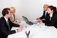 Gens d'affaires discutant lors du contact photographie stock libre de droits