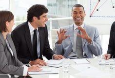 Gens d'affaires discutant un plan budgétaire Photographie stock libre de droits