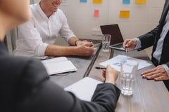 Gens d'affaires discutant un plan financier Photo libre de droits