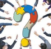 Gens d'affaires divers avec des points d'interrogation images stock