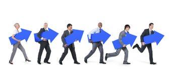 Gens d'affaires divers tenant les icônes en avant illustration stock