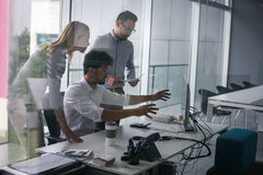 Gens d'affaires employant la technologie Images stock