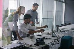 Gens d'affaires employant la technologie et vérifiant le document Business Images stock