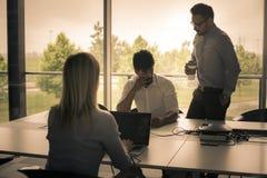 Gens d'affaires employant la technologie et vérifiant le document Business Image stock
