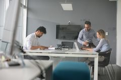 Gens d'affaires employant la technologie et vérifiant le document Business Photo libre de droits