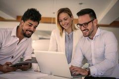 Gens d'affaires employant la technologie et vérifiant le document Business Photos libres de droits