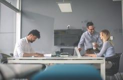 Gens d'affaires employant la technologie et vérifiant le document Business Images libres de droits