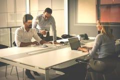 Gens d'affaires employant la technologie et vérifiant le document Business Photos stock