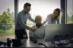 Gens d'affaires employant la technologie et vérifiant le document Business Image libre de droits
