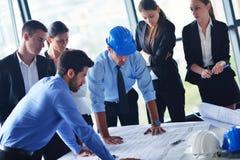 Gens d'affaires et ingénieurs sur la réunion Image libre de droits