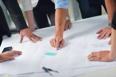 Gens d'affaires et ingénieurs sur la réunion Photo libre de droits