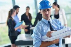 Gens d'affaires et ingénieurs sur la réunion Images stock
