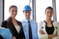Gens d'affaires et ingénieurs sur la réunion Photo stock