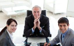 Gens d'affaires et leur gestionnaire lors d'un contact photo libre de droits
