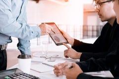 Gens d'affaires examinant des rapports financiers et analysant le busine photo stock