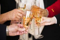Gens d'affaires faisant tinter le champagne images libres de droits
