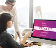 Gens d'affaires faisant un brainstorm au sujet du projet photographie stock libre de droits