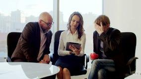 Gens d'affaires faisant un brainstorm des idées dans une entreprise blanche moderne Travailleurs attirants établissant un plan en clips vidéos