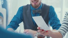 Gens d'affaires faisant un brainstorm des idées Réunion créative d'équipe d'affaires clips vidéos