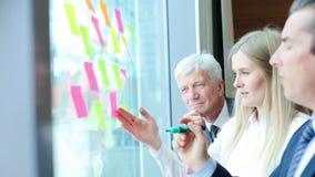 Gens d'affaires faisant un brainstorm des id?es