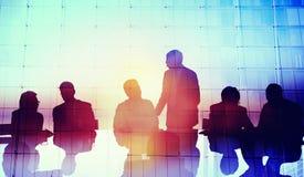 Gens d'affaires globaux de silhouette rencontrant le concept Image libre de droits