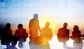 Gens d'affaires globaux de silhouette rencontrant le concept photo stock
