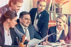 Gens d'affaires heureux de groupe dans le bureau Image stock