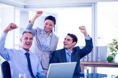 Gens d'affaires heureux encourageant ensemble Images stock