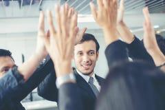 Gens d'affaires heureux montrant le travail d'équipe et donnant cinq après s images libres de droits