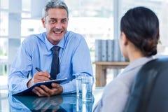 Gens d'affaires heureux parlant ensemble Images stock
