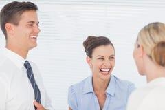 Gens d'affaires heureux riant ensemble Photographie stock