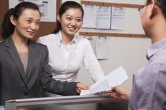Gens d'affaires heureux travaillant ensemble dans le bureau Photo libre de droits