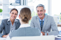 Gens d'affaires interviewant la jeune femme d'affaires Images stock