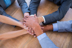 Gens d'affaires joignant des mains en cercle Image stock
