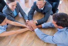 Gens d'affaires joignant des mains en cercle Images libres de droits