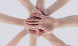 Gens d'affaires joignant des mains en cercle dans le bureau Images libres de droits
