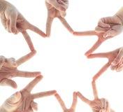 Gens d'affaires joignant des mains en cercle dans le bureau Image stock
