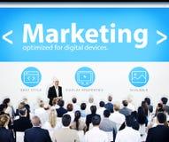 Gens d'affaires lançant des concepts sur le marché de présentation Photo stock