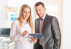 Gens d'affaires lisant un document ensemble images stock