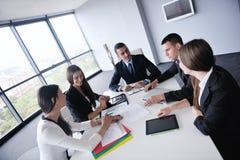 Gens d'affaires lors d'une réunion au bureau photo stock