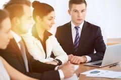 Gens d'affaires lors de la réunion à l'arrière-plan de bureau Négociation réussie d'équipe ou d'avocats d'affaires photos stock