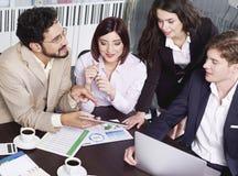 Gens d'affaires lors de la réunion d'équipe Image libre de droits