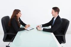 Gens d'affaires lors de la réunion au bureau Image libre de droits
