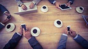 Gens d'affaires lors de la réunion avec de nouvelles technologies Image stock