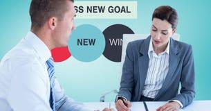 Gens d'affaires lors de la réunion avec des graphiques à l'arrière-plan Image stock