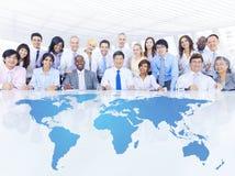 Gens d'affaires lors de la réunion d'affaires globale Photographie stock libre de droits